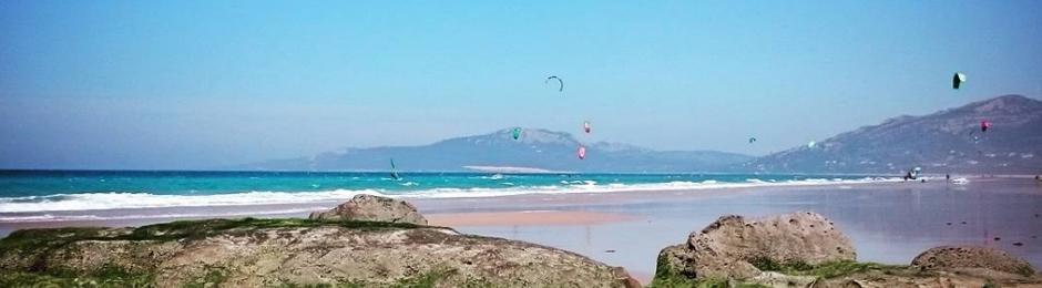 Práctica de kitesurf en la Playa de los Lances